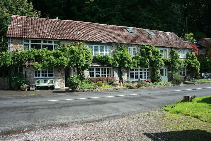 The Bark Guest House Room 2 - Oakfordbridge