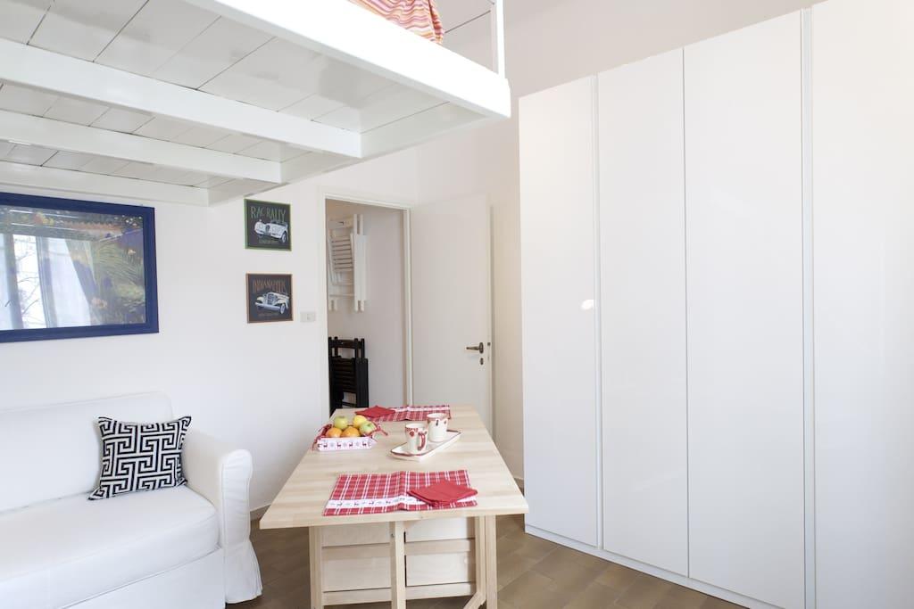 Soggiorno dotato di tavolo che può ospitare fino a quattro coperti