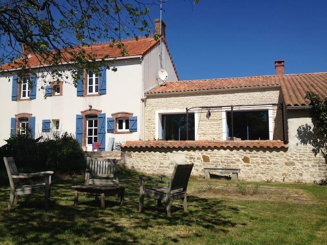 Nice familial house - longeville sur mer - 一軒家
