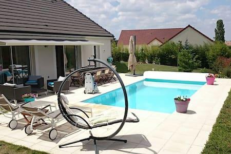 Charmante maison avec piscine, proche commerces - Saint-Eloi