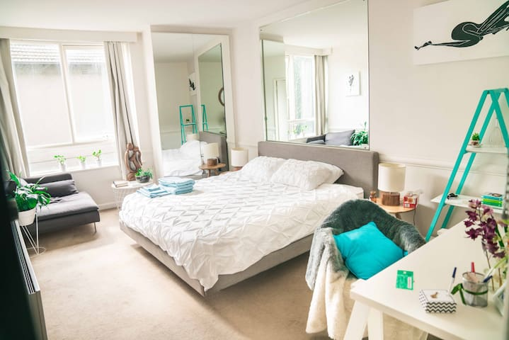*Quiet City Studio* WIFI | Parking | CITY/MCG walk - East Melbourne