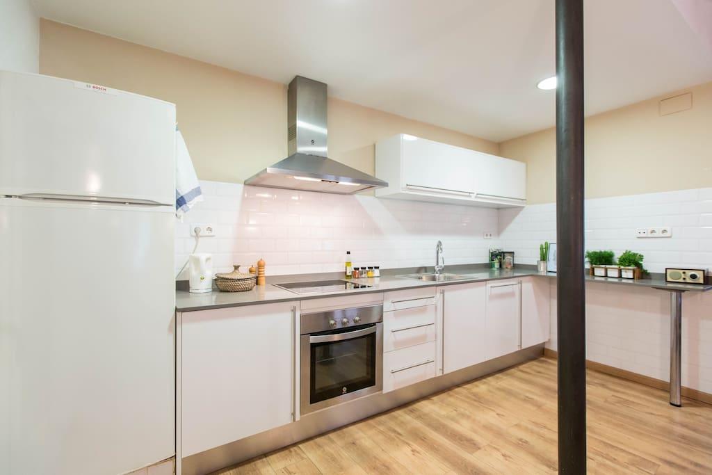room in best location plaza real wohnungen zur miete. Black Bedroom Furniture Sets. Home Design Ideas