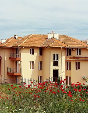 Четырехэтажный коттедж расположенный в 200 м от моря г. Созополь