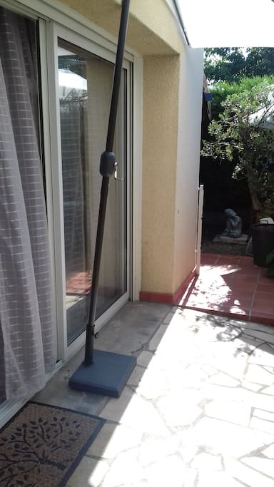 L'entrée de la chambre est de plain pied, et donne accès en direct au jardinet privé.