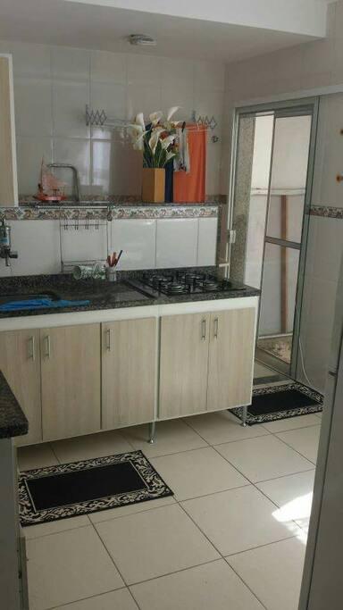 Cozinha ampla e pronta pra uso.