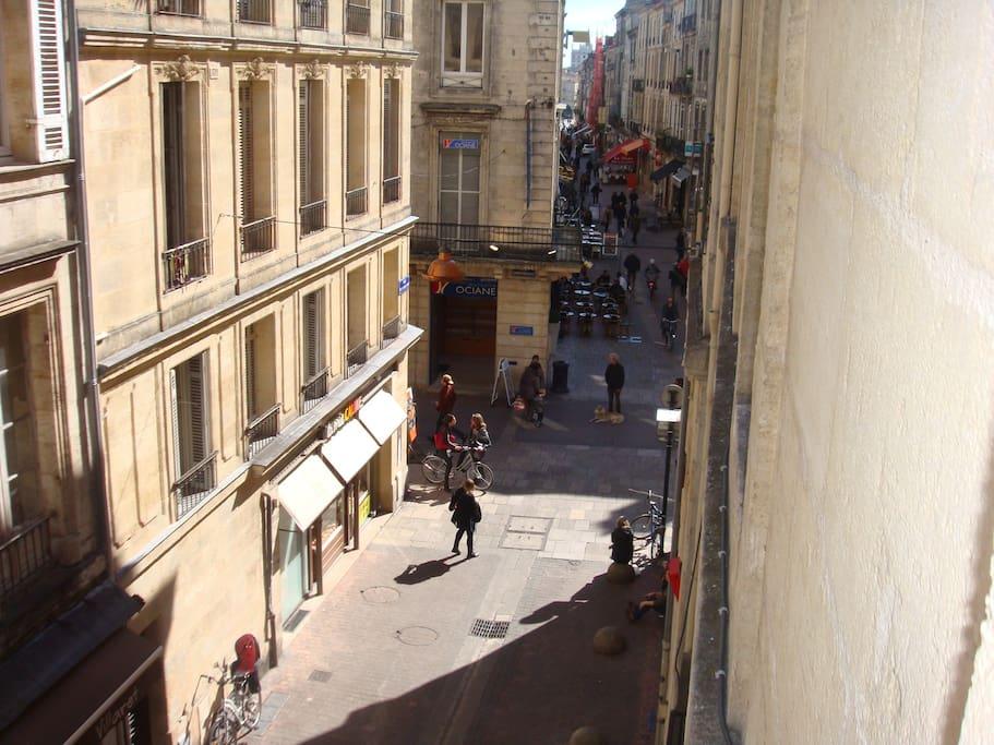 Vue de la rue depuis la fenêtre
