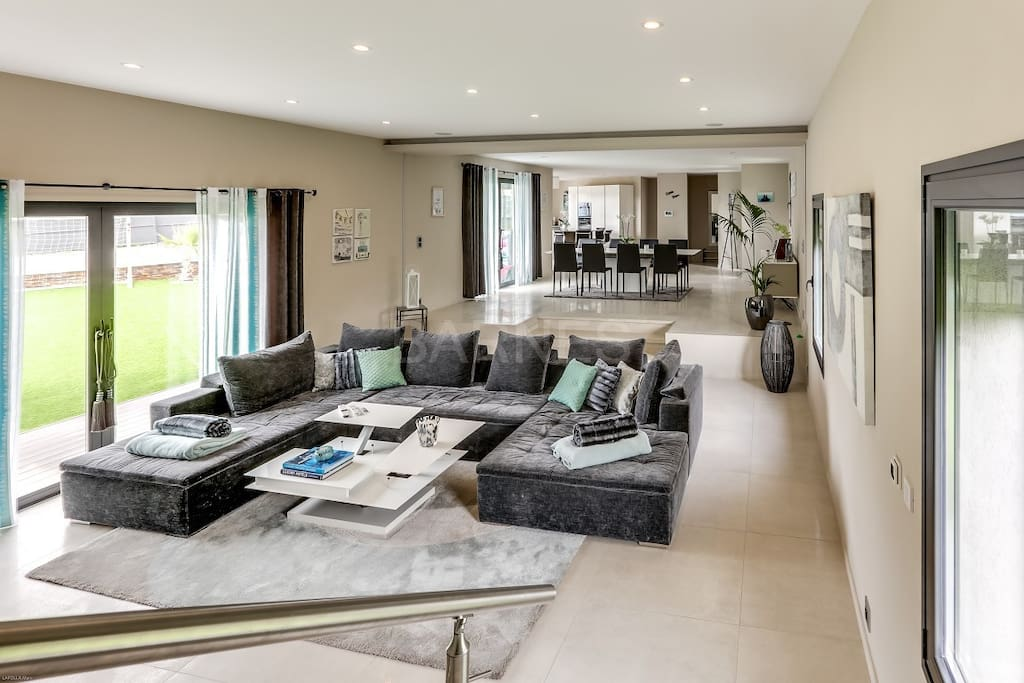 Big open spaces in the living room with the dining area