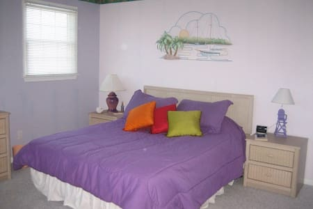 Purple Island Room - Fenwick Island