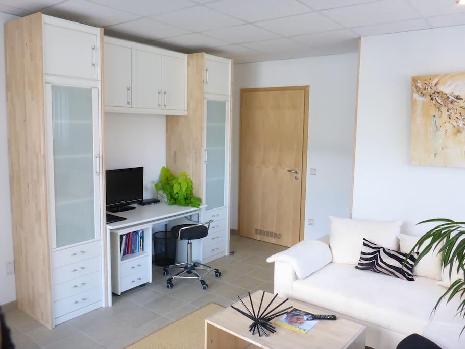 Gästeappartement - Wohnraum Schrankwand mit Schreibtisch, SAT-TV und WLAN-Anschluss