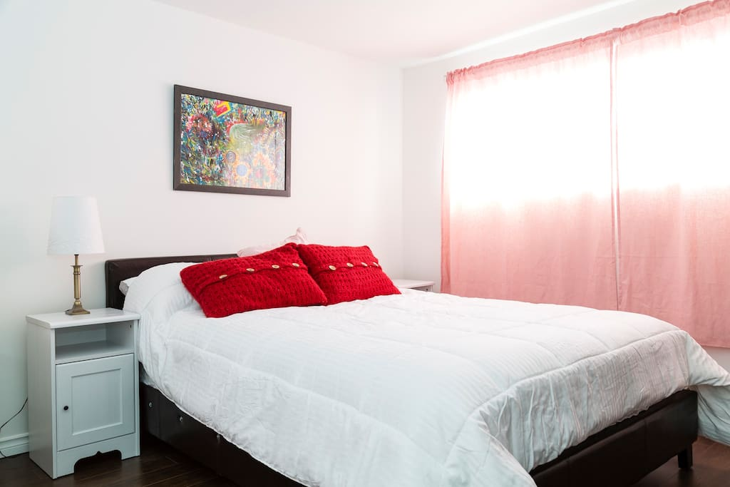 Chambre comfortable avec lit queen. Big room with queen size bed and pillow top mattress.