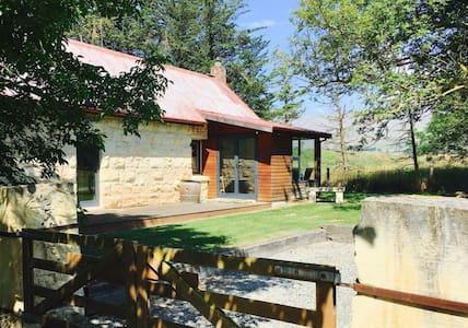 Historic 2BD RUSTIC cottage - Fairlie