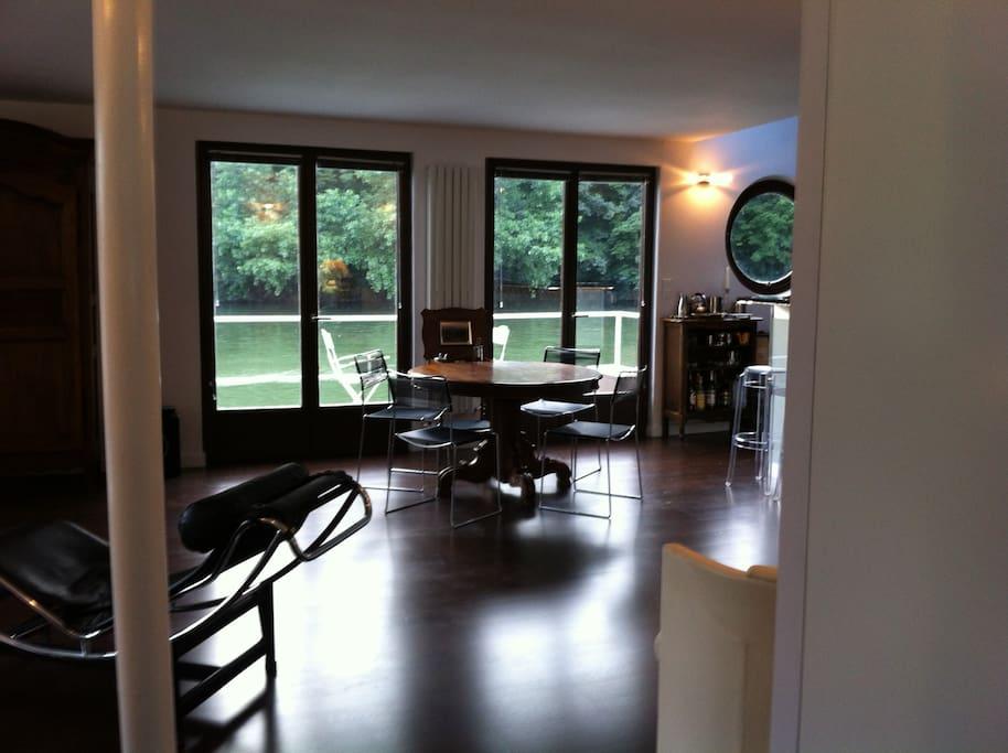 Salon séjour avec vue sur la Seine