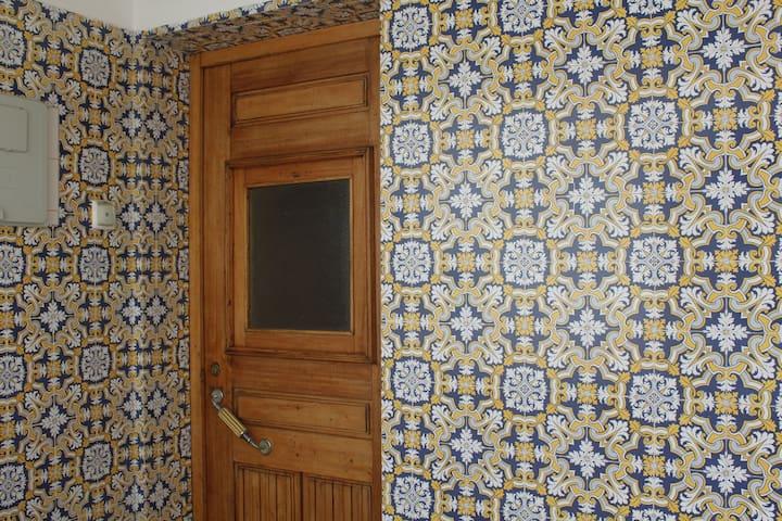 Entrada da  casa com azulejos tradicionais Entrance with traditional tiles