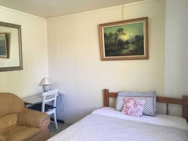 Private queen room in Lyneham (Room 1)