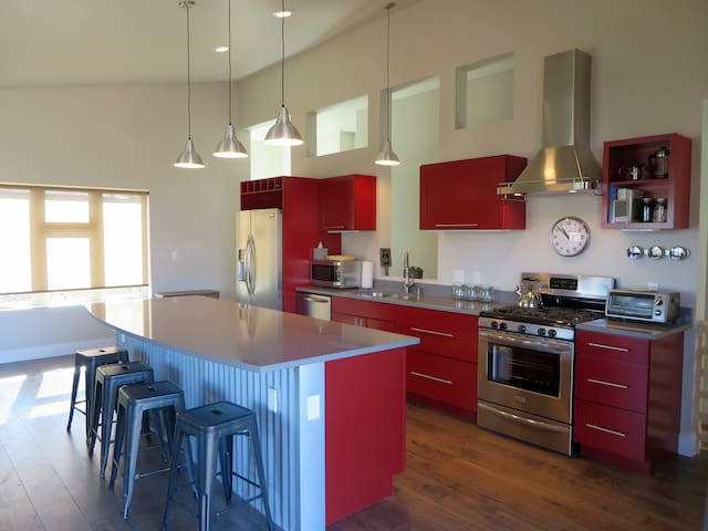 7th Street Station #1 - New Modern Downtown Home! - Carbondale - Hus