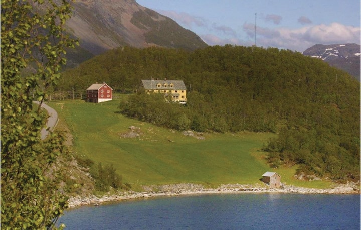 Stunning home in Korsfjorden with WiFi and 4 Bedrooms