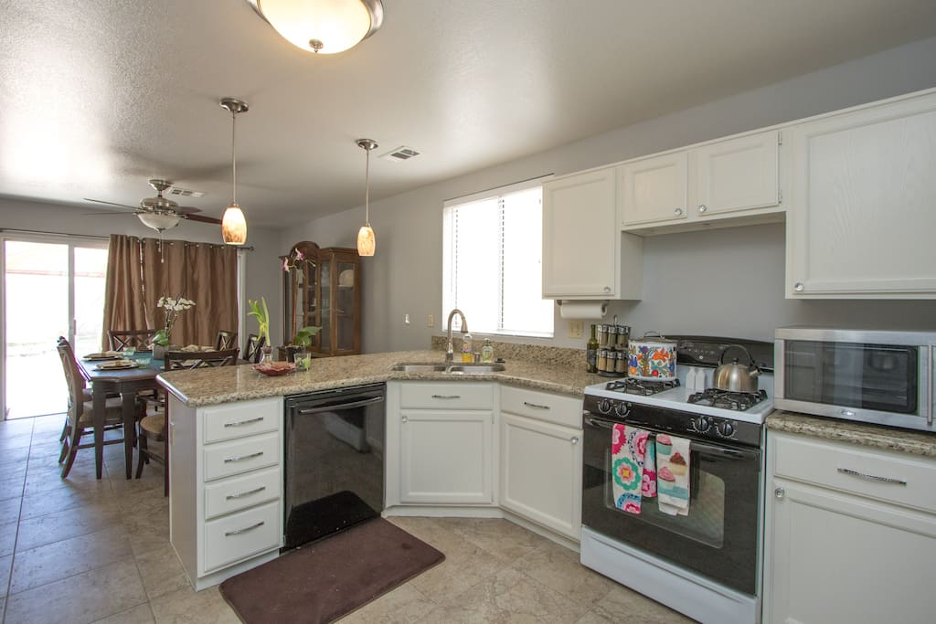 Kitchen. Grocery store within walking distance. Guests can use pots and cooking utensils