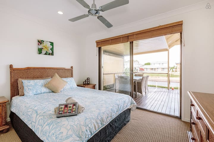 Share House - waterfront room - Mermaid Waters - Casa