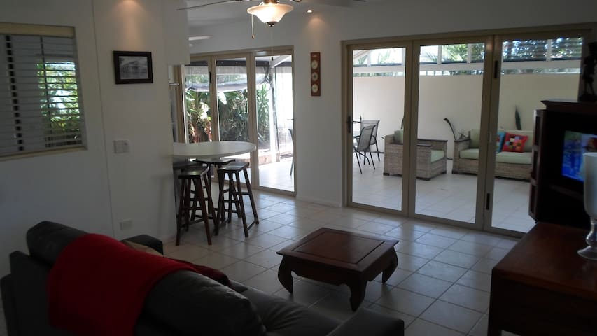 Oasis Style Retreat Close to Beach - Burleigh Waters