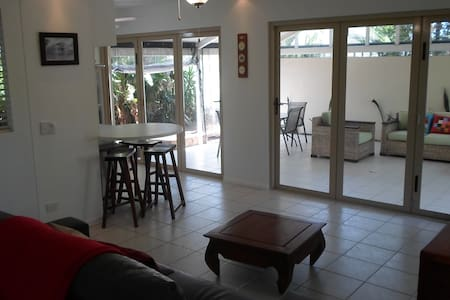 Oasis Style Retreat Close to Beach - Burleigh Waters - Apartment