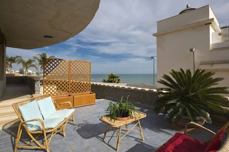 Wonderful waterfront, 70's villa - Marina di Ragusa - Bed & Breakfast