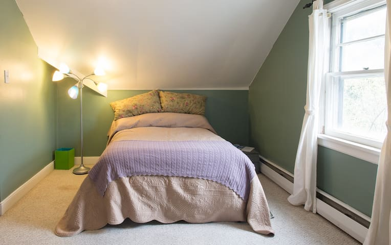 Guest room, full bed