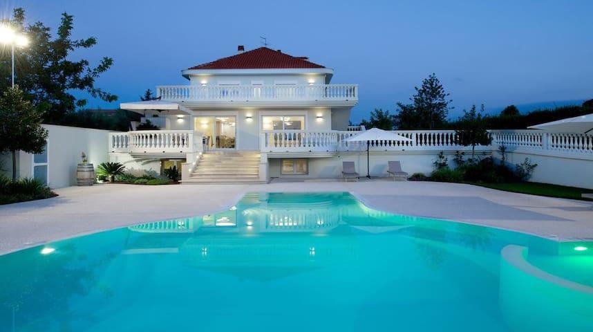 Villa Adriana ,location con parco e piscina