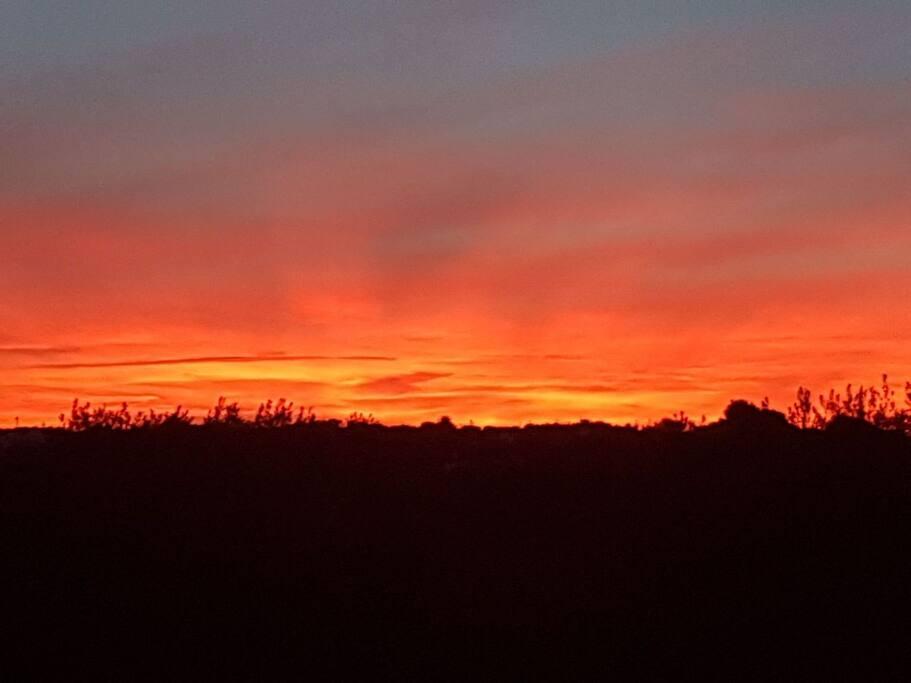 Uno dei normali e quotidiani, meravigliosi tramonti di fuoco.