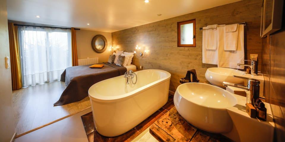 Salle de bain romantique et industrielle avec salle de bain