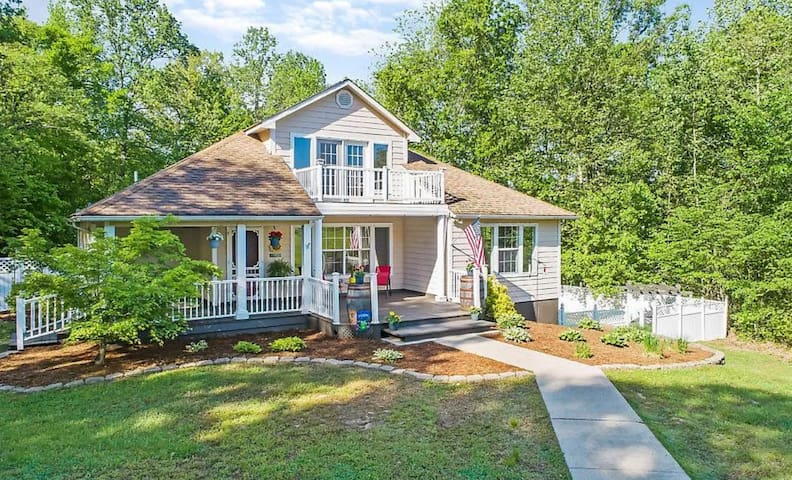 Creative Escape! - Large Home 5 Mins to Downtown