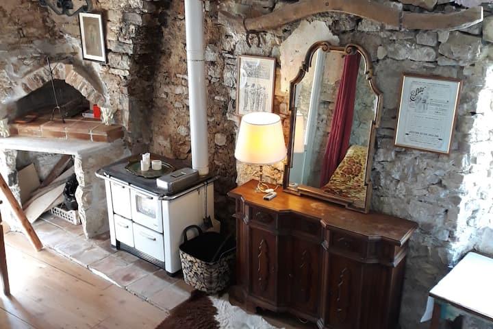 Sunny romantic stone cottage in Italian hamlet
