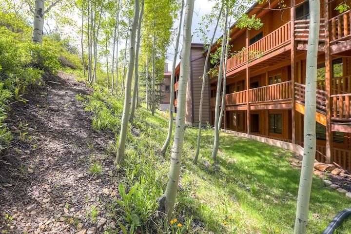 Gorgeous cabin-inspired condo w/ private hot tub - 1/4 mile to lifts!