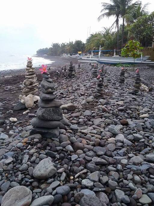 Meluangkan waktu bermain dengan alam di pantai Amed