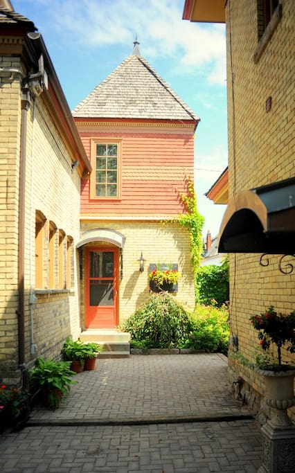 The heritage carriage house at park place b b apartments for rent in niagara falls ontario for Carriage house garden apartments