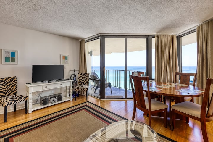 Beachfront rental w/ balcony, great views, shared tennis, hot tub, & gym