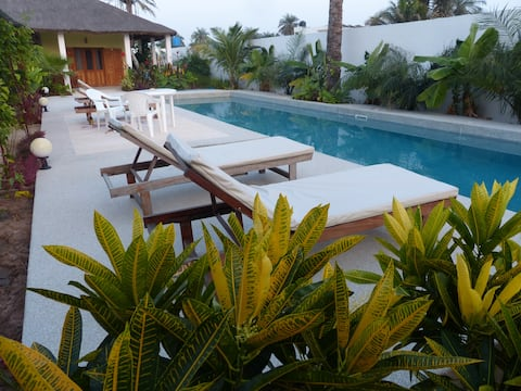 Diogué, grand studio, piscine,  près de la plage.