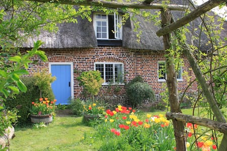 Pretty Thatched Cottage in Lovely Location - Kent - House