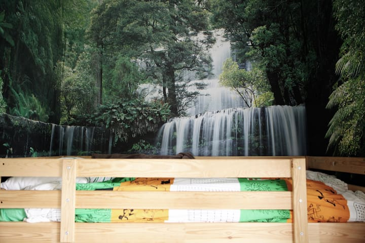 Kids waterfall bunk room (2 x single + floor mattress)