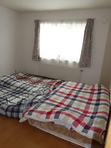 セミダブルマットレスとシングルのお布団2組 It is a semi-double mattress and two sets of single futon