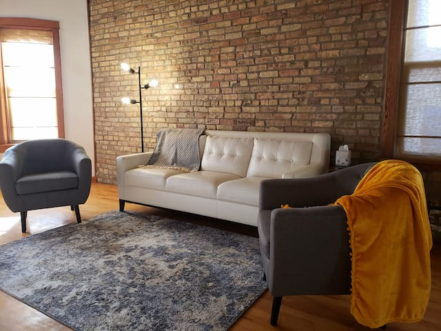 Loft apt, easy access to many Chicago hot spots!
