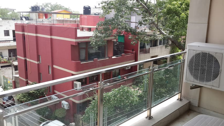 Nice place near Deer Park and Hauz Khas Village - New Delhi - Apartment