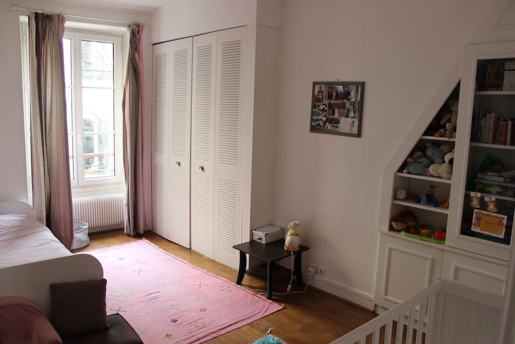 Chambre d'enfants, lit simple et lit à barreaux