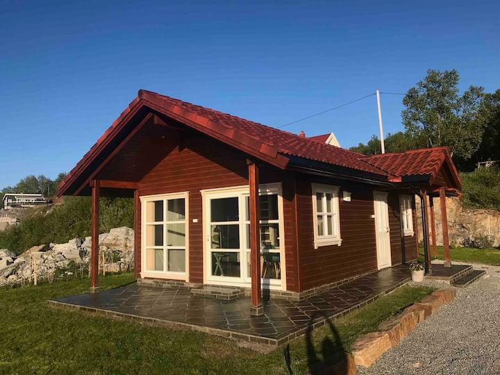 Flott hytte med høy standard, utsikt og kveldssol