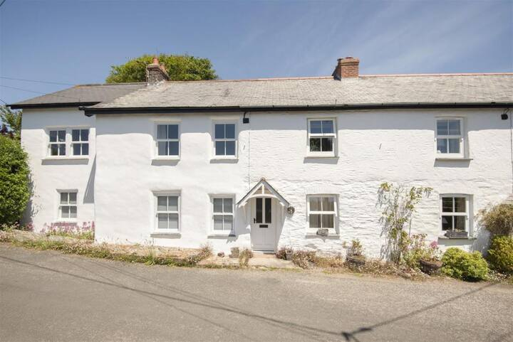 Pretty cottage 50m from water's edge at Point Quay