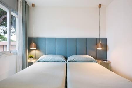 Habitacion con dos camas o cama doble,mesitas de noche con conector USB,armario empotrado y caja electronica de seguridad.