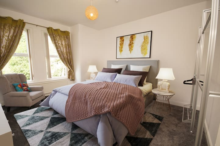 Ideally Located Fabulous Birkdale Apartment