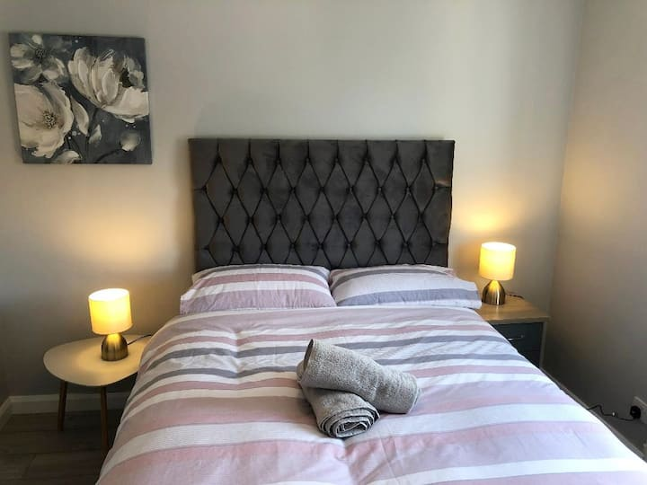 No.4, Town Centre 10mins walk to all amenities!