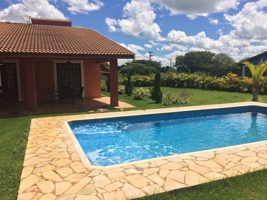 Vista da área gourmet para a piscina