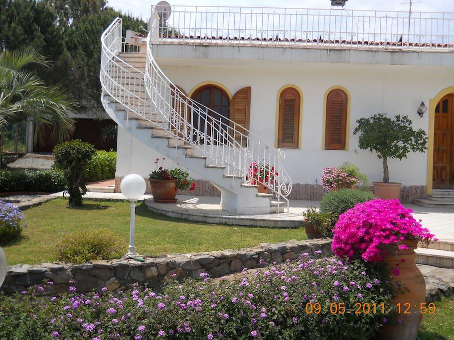 Villa in un angolo di paradiso case in affitto a milazzo for Case a buon mercato 4 camere da letto