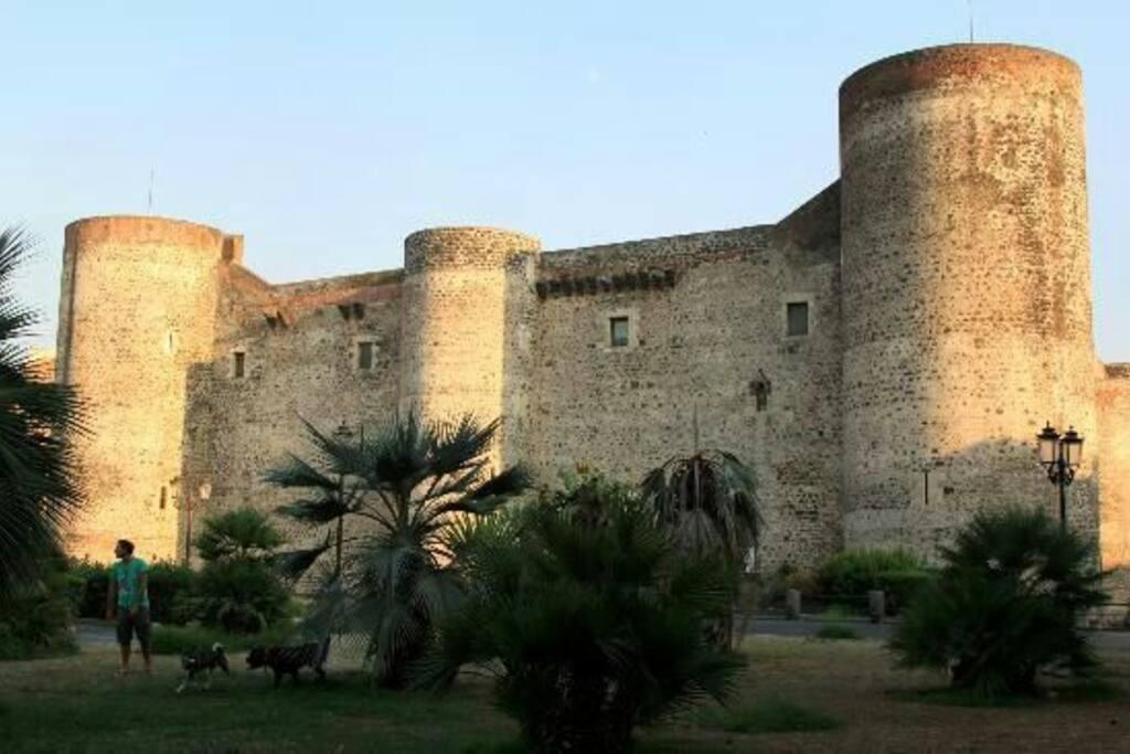 Adiacente al castello Ursino
